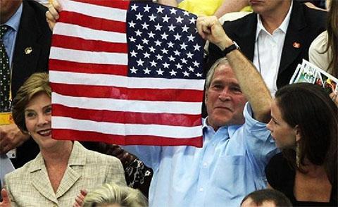 George Bush bandiera americana contrario il potere logora
