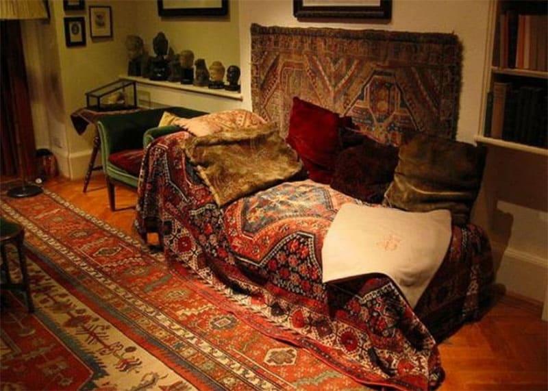 Il famoso lettino di Freud, nel suo studio di Vienna